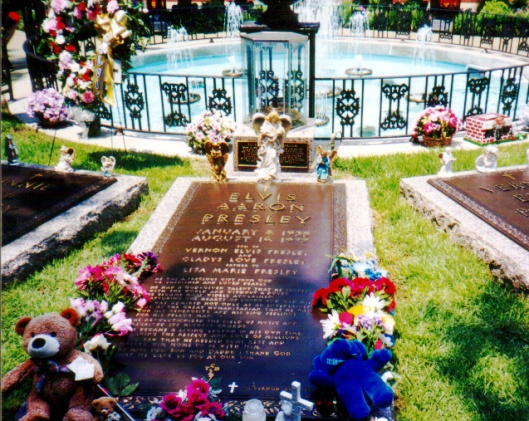Elvis' grave is between those of his parents, Gladys and Vernon. Photo courtesy of Wikimedia Commons.
