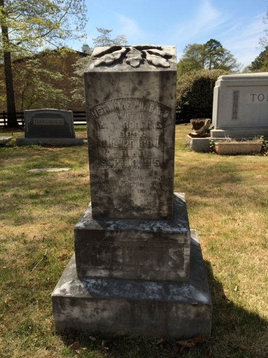 The oak leaf motif on top of Netta Mae Hubbard's grave is lovely. Oak leaves symbolize strength, endurance, eternity, honor, liberty, hospitality, faith and virtue.