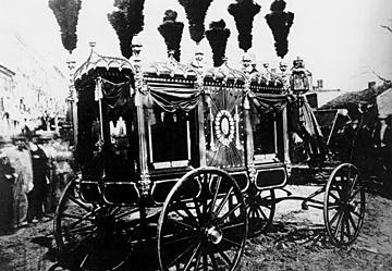 The handsome hearse that bore Lincoln's body to the cemetery was lent to Springfield by the city of St. Louis.