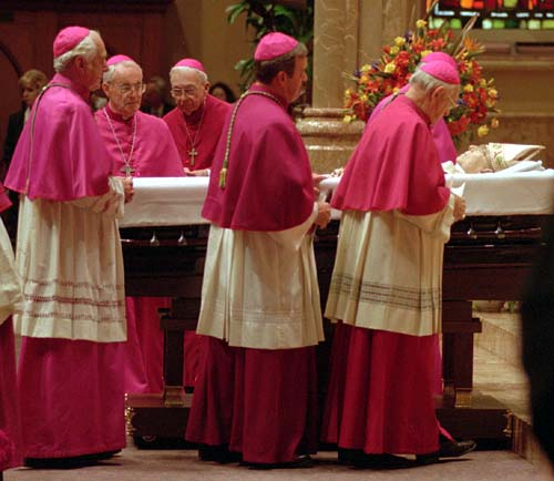 Bishops pass the body of Cardinal Joseph Bernardin in Holy Name Cathedral in Chicago. Picture by the Cincinnati Enquirer.
